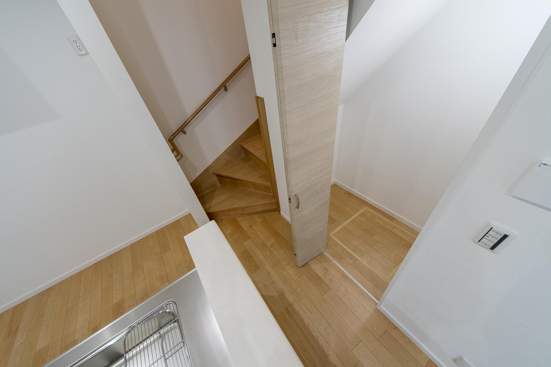 階段下に収納スペースを設けました。