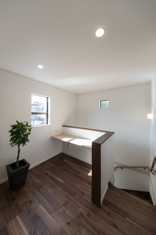 2階フリースペース/2階ホールの一角にカウンターを施しました。オープンな書斎にしたり、家族みんなの共用場所に♪