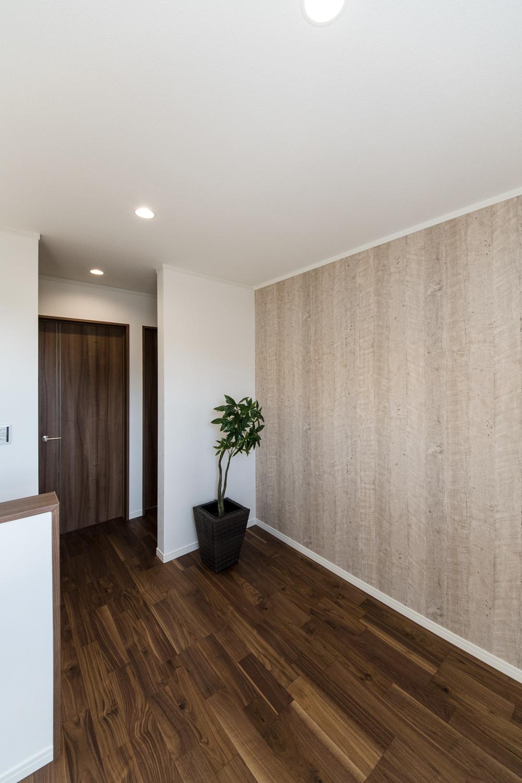 2階フリースペース/木目柄のアクセントクロスがスタイリッシュな空間を演出。
