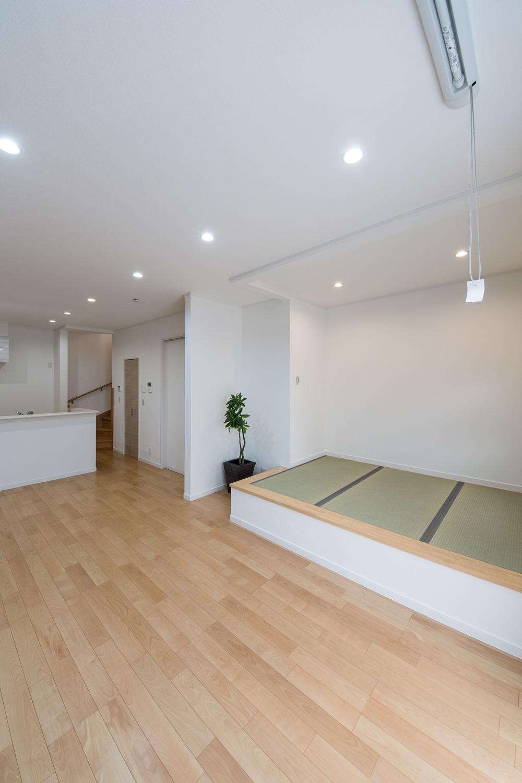 畳のさわやかなグリーンが空間を彩る小上がりになった畳スペース。和風×モダンの居心地の良いリビング。