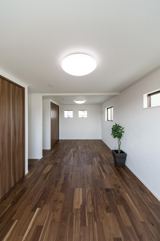 2ドア1ルームの2階洋室。お子様の成長に合わせて2部屋に仕切って使うことが可能なフレキシビリティに富んだ間取り。