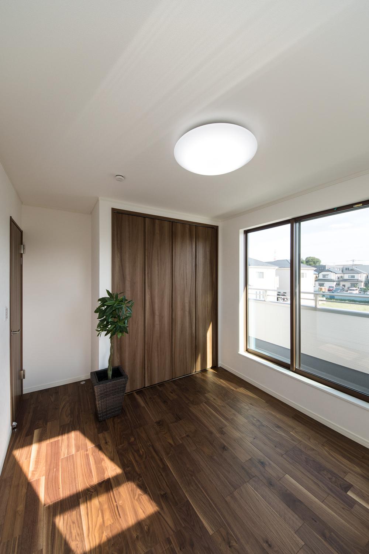 2F洋室/深い色味のフローリングと建具が、ラグジュアリーな空間を演出します。