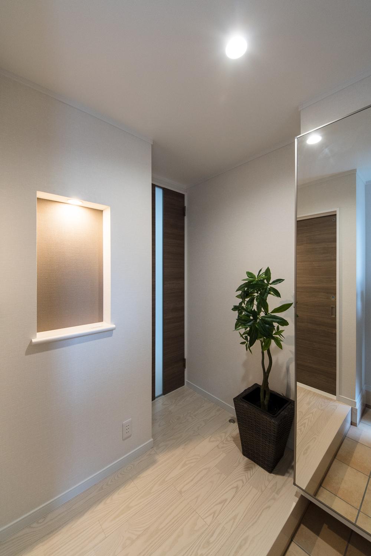 玄関ホールに小物を飾るニッチを設えました。アイテムに光を当てて、より雰囲気のあるインテリアを演出できます。