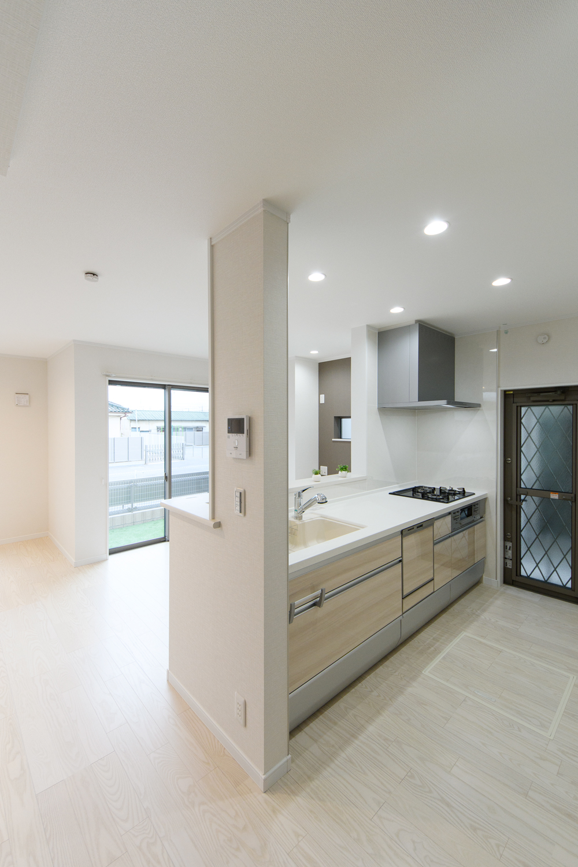 白木調のキッチン扉。明るく清潔感のあるキッチンに仕上がりました。