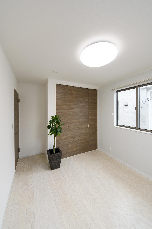 2階洋室/白い木目を活かしたパールホワイトのフローリングが清涼感と趣の空間を演出します。