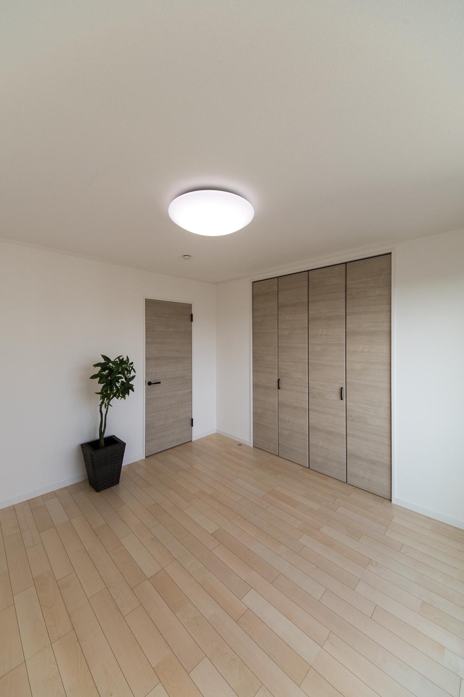 木の温もりを感じる、穏やかな配色の2階洋室。