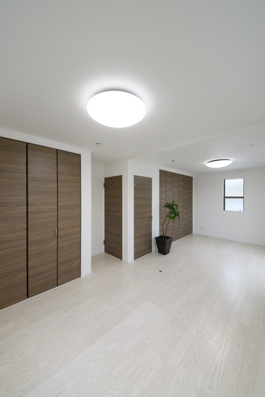 2階洋室/お子様の成長に合わせて、将来2部屋にできる2ドア1ルームの間取り。