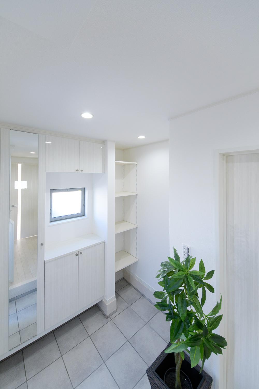 白を基調とした明るい空間。自然光がたっぷりと差し込み、気持ち良くお客様をお迎えできます。