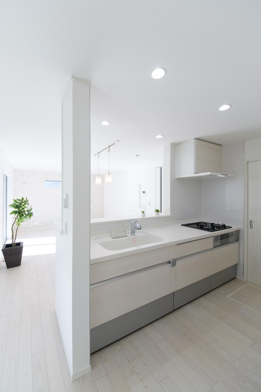 白木調のキッチン扉。白を基調とした清潔感あるキッチンに仕上がりました。