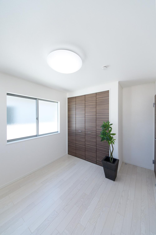 2階洋室/白い空間に、ダークブラウンの建具をアクセントにした清涼感のある空間。