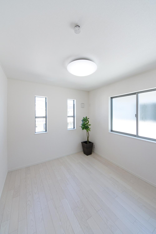 2階洋室/美しく繊細な木目アッシュホワイトのフローリングが窓からの光を反射し、空間を優しく包み込みます。
