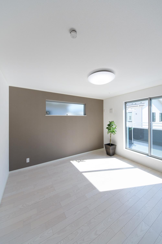 2階洋室/グレーのアクセントクロスが空間を引き締め、スタイリッシュな印象に。