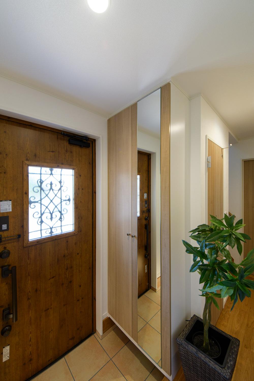 木の温もり感じるナチュラルな配色の玄関。窓から自然の光が入ります。