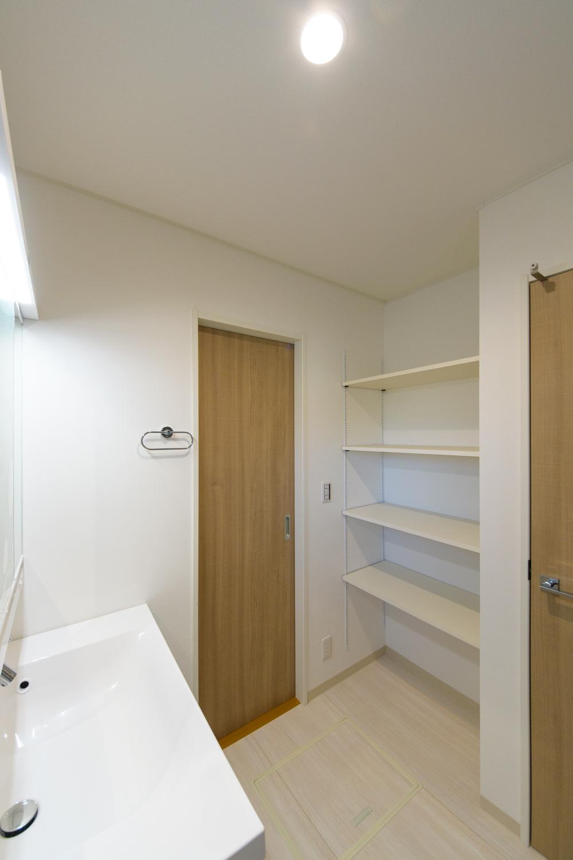 サニタリールームとキッチンの間にもドアを設け、家事動線の良い2Wayの間取りにしました。