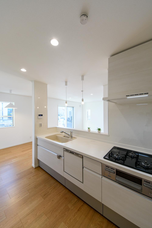 キッチンの扉カラーは、木目調のアイボリー。ナチュラルで温かみのある印象になりました。