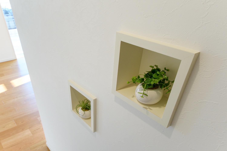 小物などをおしゃれに飾るキューブ型のかわいらしいニッチ棚。