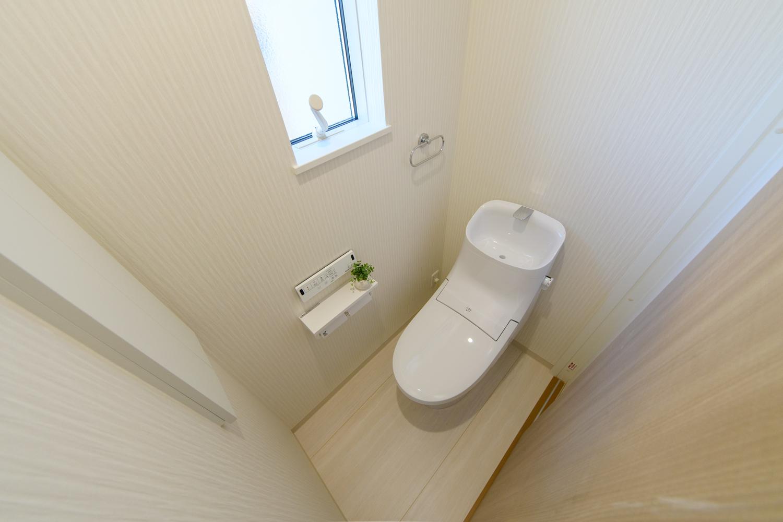 2階トイレ/白を基調とした清潔感のある内装。小窓からの光が明るさをプラスします。