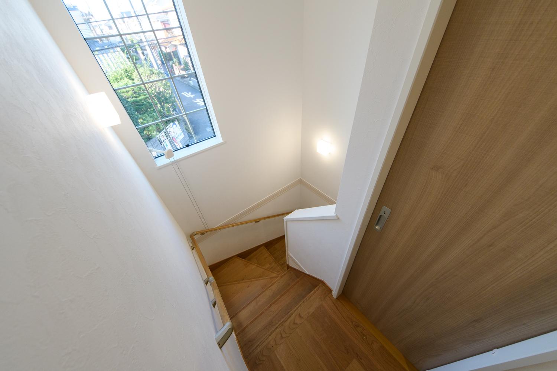 オシャレな組子入り窓を設えた、明るく開放感のある階段。