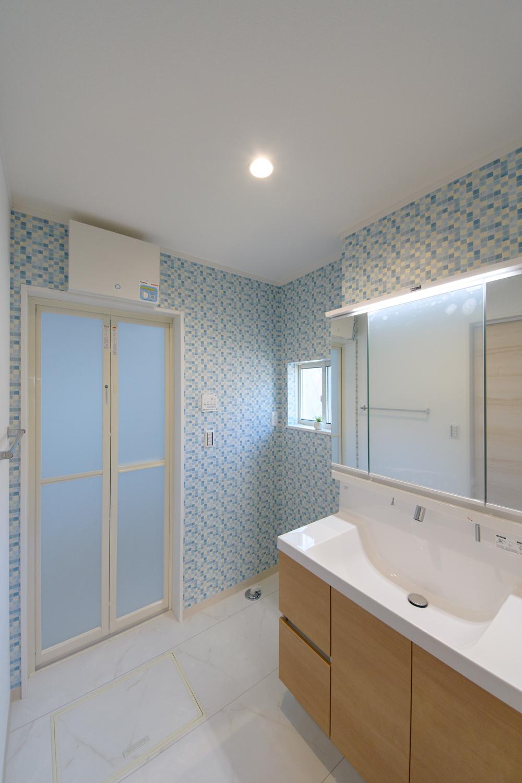 サニタリールーム/ブルーのタイル調アクセントクロスが空間を彩ります。