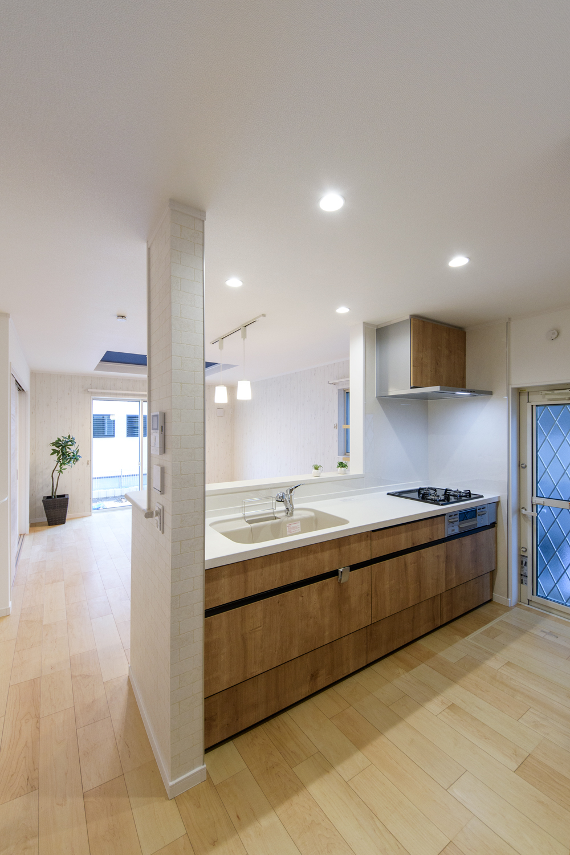 ヴィンテージ感のある木目調のキッチン扉。