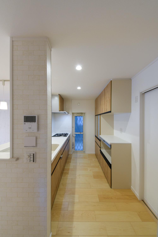 キッチン背面にはキッチンと同じデザインのカップボードを設置しました。