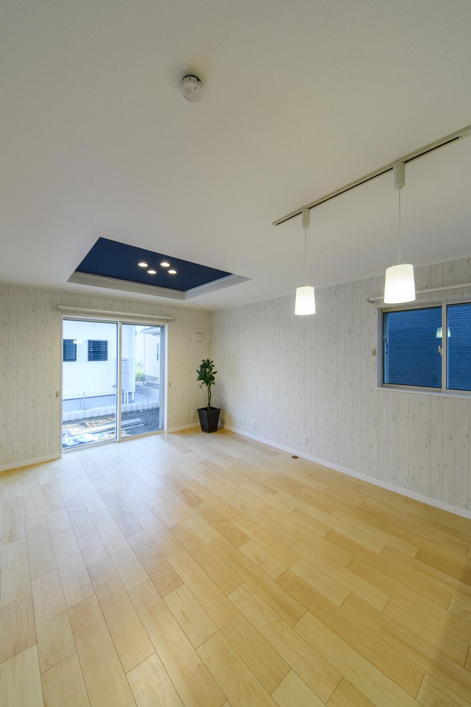 無垢の木に白ペンキを塗ったようなデザインのクロスが、クラシカルで愛らしいシャビーシックな空間を演出します。