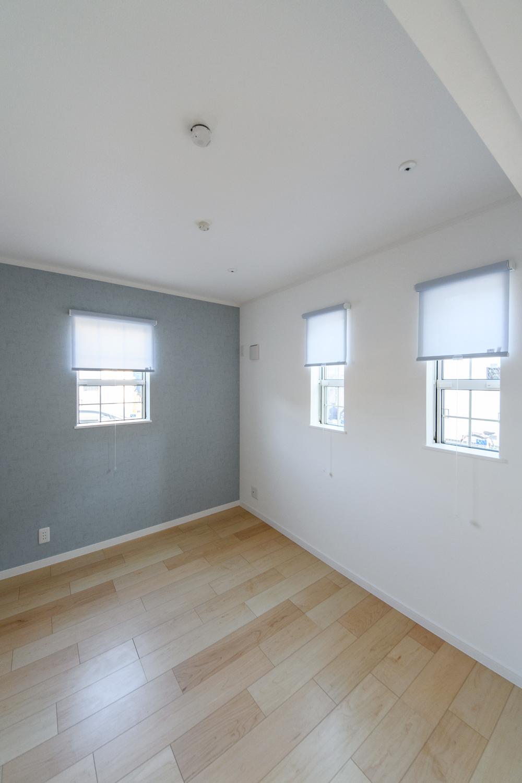 1階洋室/クラシカルなデザインの格子窓が、さわやかな風を室内へと誘います。