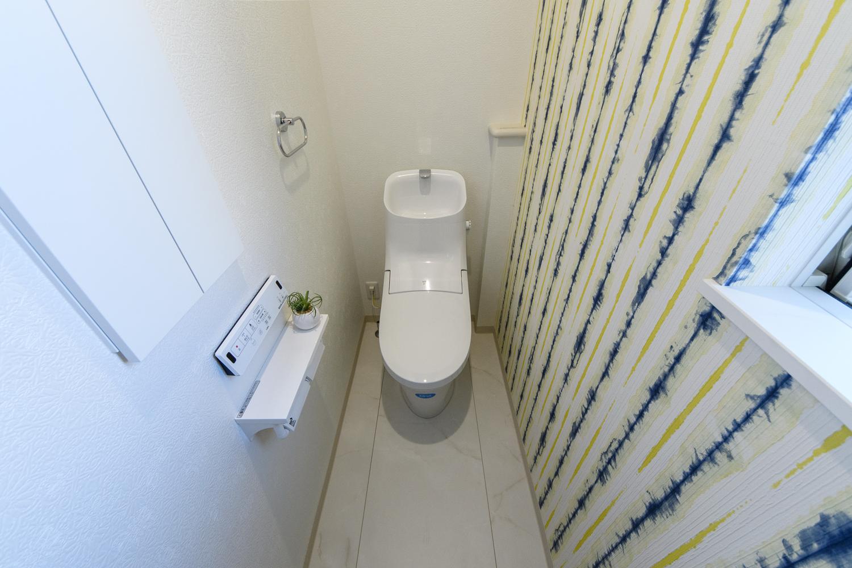 2階トイレ/スタイリッシュな柄のアクセントクロスが印象的です。