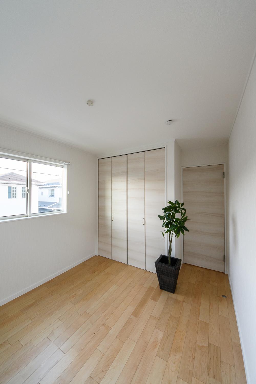 2階洋室/木の優しい風合いを感じる、穏やかでくつろげる空間。