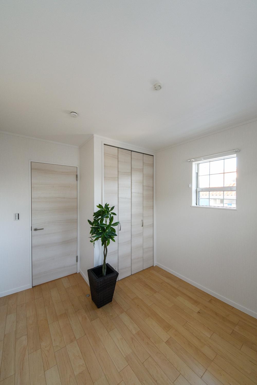 2階洋室/クラシカルなデザインの格子窓が、さわやかな風を室内へと誘います。