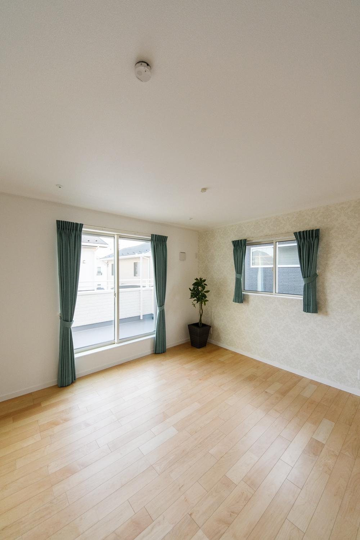 2階洋室/植物をモチーフにした柄のアクセントクロスがラグジュアリーな空間を演出。