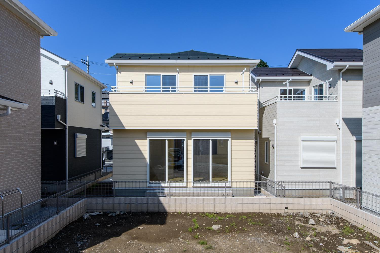 爽やかなイエローの外壁にアイリッシュグリーンの屋根と白の窓モールをアクセントにした外観。
