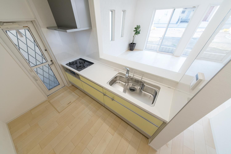 爽やかなイエローのキッチン扉をアクセントにした明るいキッチン。