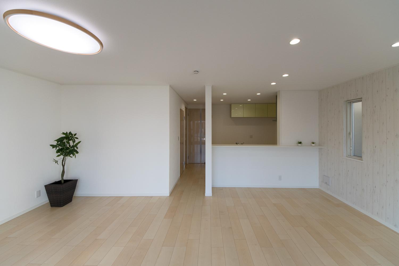 温かみのあるナチュラルな配色の室内空間。