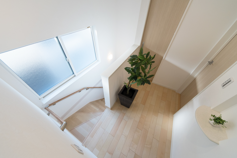 大きな窓を設えて通風も採光も良い、開放感のある階段。