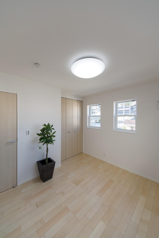 2階洋室/2連の上げ下げ窓が、やさしい光とさわやかな風を室内へと誘います。