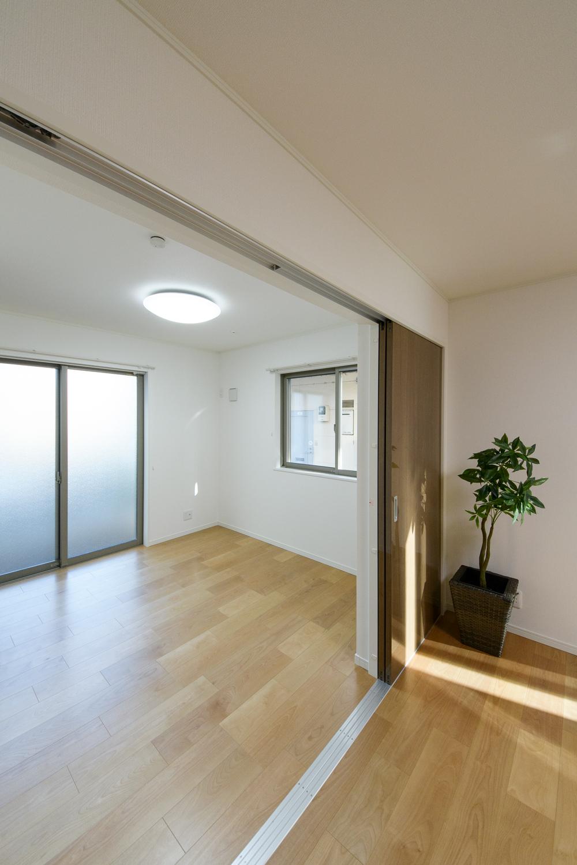 リビング隣の洋室。木の温もりを感じる、穏やかな配色の室内。