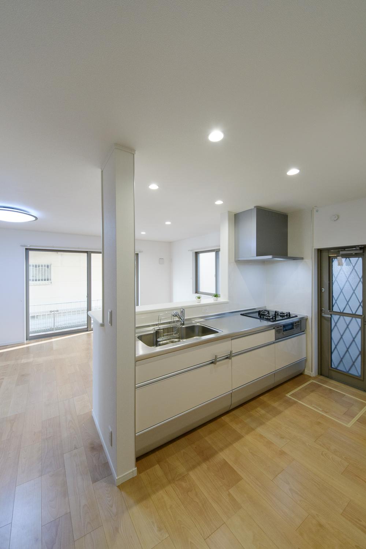 白を基調とした清潔感のある優しい印象のキッチンに仕上がりました。