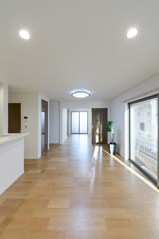 大きな窓から自然のやさしい光が降り注ぐ、明るく開放的な住空間。