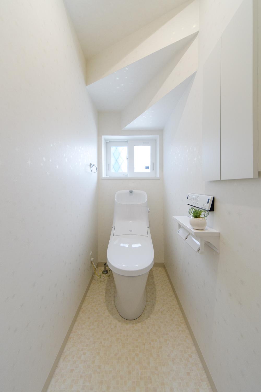 白を基調とした清潔感のある内装の1階トイレ。