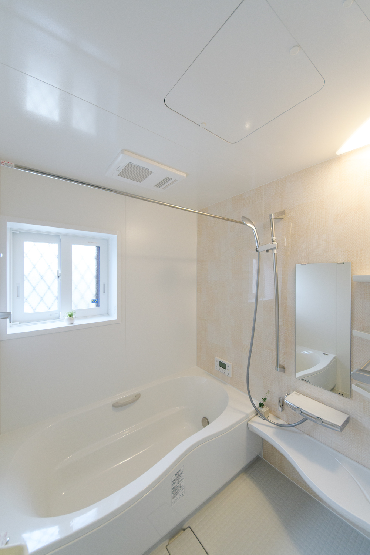 さわやかなパターンデザインのアクセントパネルが浴室空間を彩ります。