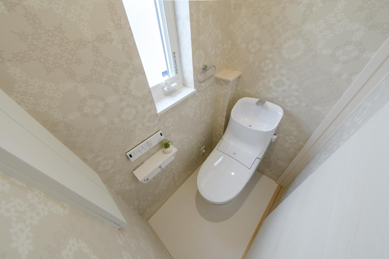爽やかな印象のクロスをあしらった2階トイレ。