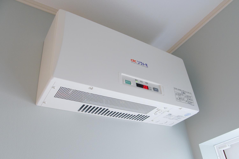太陽光発電システム/太陽電池モジュールで発電した電気(直流)をこの装置で変換して、空調や照明など施設内の電気設備で利用できます。