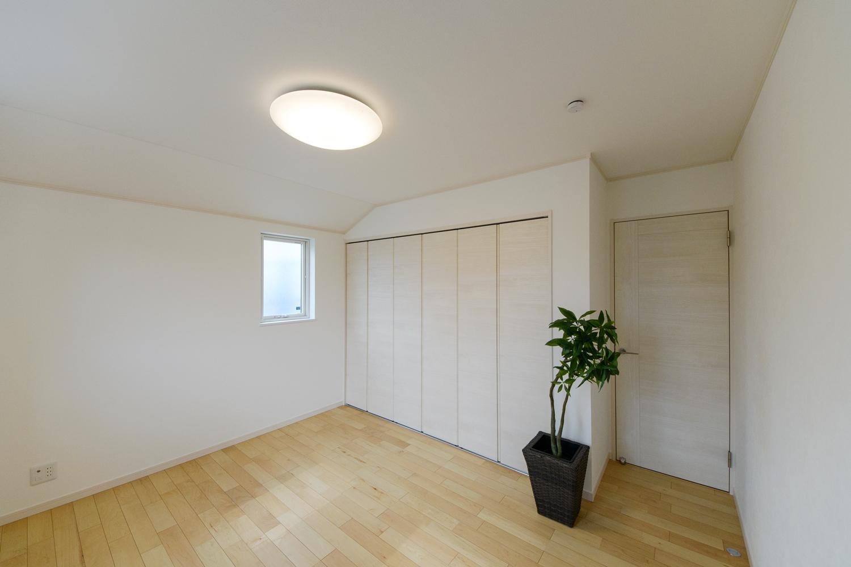 2階洋室/クローゼット扉は、把手の無い白木調のデザインで、スッキリとした印象になりました。