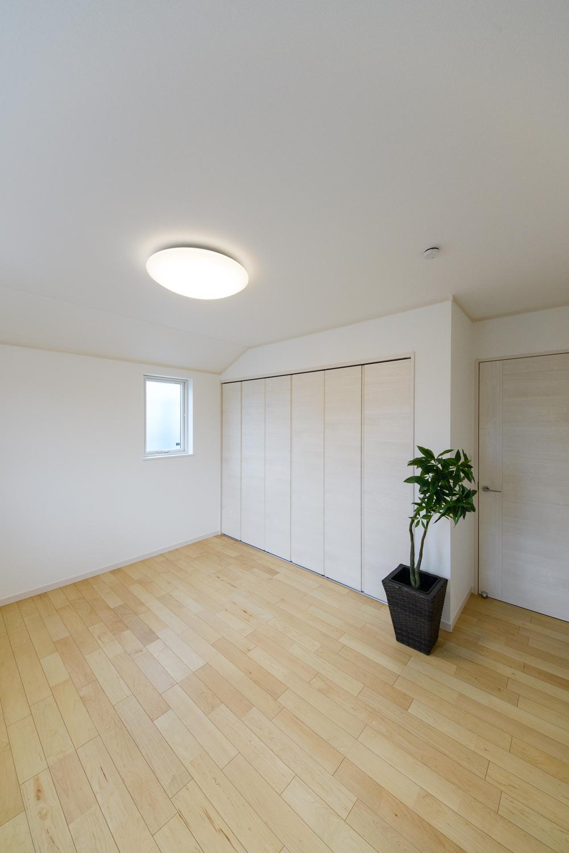 2階洋室/木のやさしい風合いを感じるハードメープルのフローリング。穏やかで心地のよい室内。