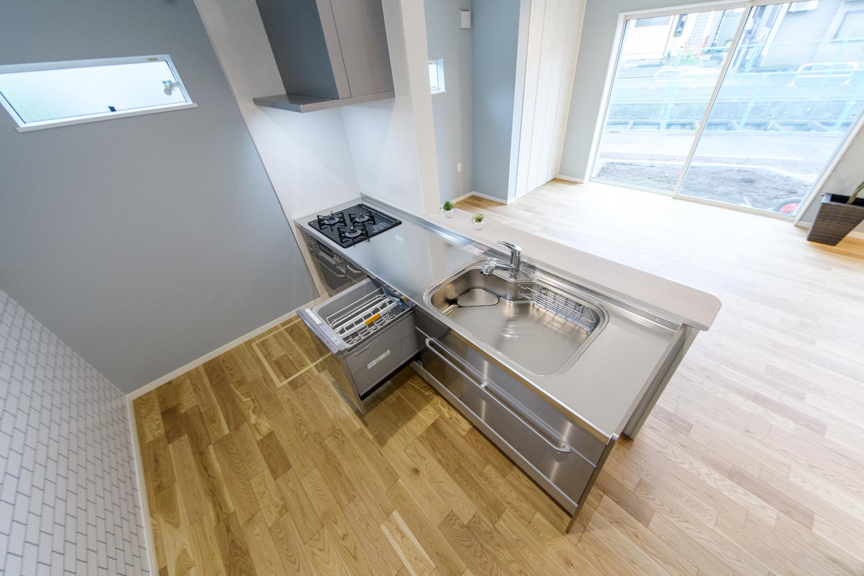 食器洗い乾燥機を施し、見た目も機能美を追及したキッチン。