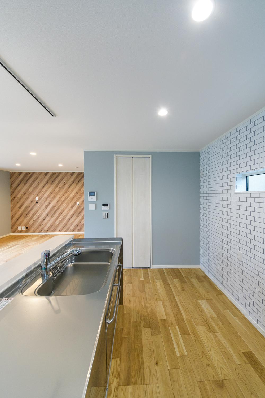 キッチンまわりにあしらったレンガ調のアクセントクロスが、スタイリッシュで洗練された空間を演出。
