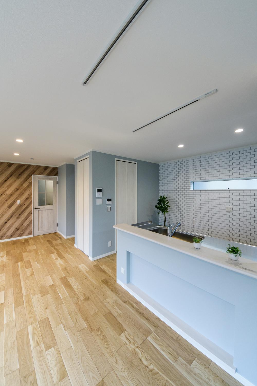 キッチンカウンター下に設えたニッチ棚。アメリカンな小物などを飾り、ディテールまでカリフォルニアスタイルを楽しむことが可能です。