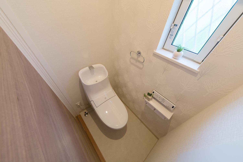 1階トイレ/キラっと光る、植物モチーフのアクセントクロスが爽やかな空間を演出。