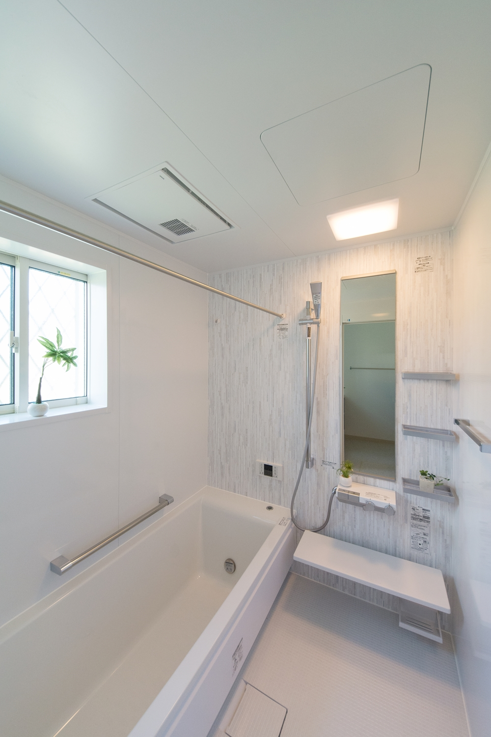 素材の温かみを感じる白木調アクセントパネルが、明るくやさしさのある空間を演出。